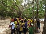 Sur le littoral Cyril notre patrouilleur explique aux enfants la nécessité de la surveillance des tortues